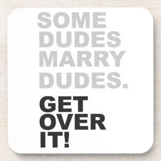 ¡Algunos tipos casan a tipos, consiguen sobre él! Posavasos De Bebida