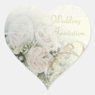 Alianzas de boda, rosas y invitación del boda del calcomanía corazón