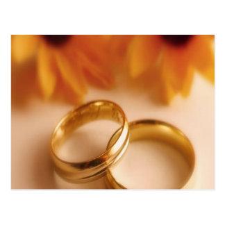 Alianzas de boda y girasol de oro postales