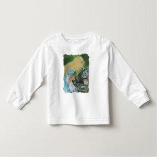Alicia en camiseta larga del niño de la manga del