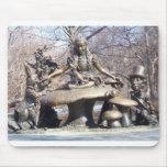 Alicia en Central Park del país de las maravillas Alfombrilla De Ratones