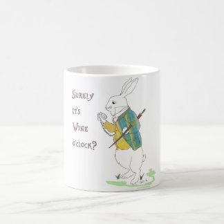 Alicia en conejo del blanco del país de las taza de café