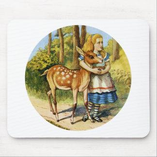 Alicia en el país de las maravillas con un ciervo  alfombrilla de ratones