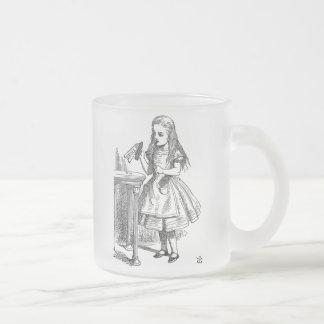 Alicia en el país de las maravillas me bebe heló taza de café esmerilada