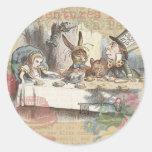 Alicia en fiesta del té enojada del país de las ma pegatina redonda