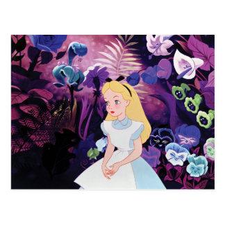 Alicia en jardín del país de las maravillas postal