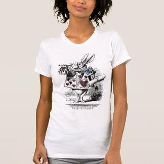 Alicia en la camiseta blanca del conejo del país playera