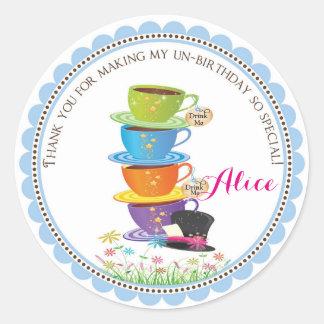 Alicia en pegatinas del cumpleaños del país de las pegatina redonda