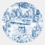 Alicia en trabajos azules y blancos del país de etiqueta redonda