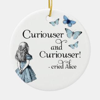 Alicia en un ornamento más curioso de la mariposa adorno navideño redondo de cerámica
