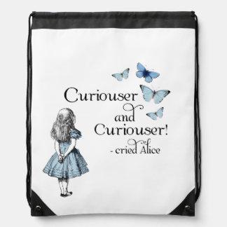 Alicia en una mochila más curiosa de la mariposa d