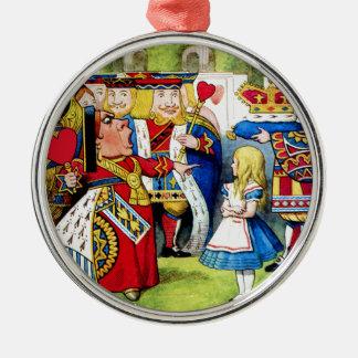 Alicia encuentra a la reina de corazones en el adorno redondo plateado