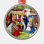 Alicia encuentra a la reina de corazones en el paí ornamento de navidad