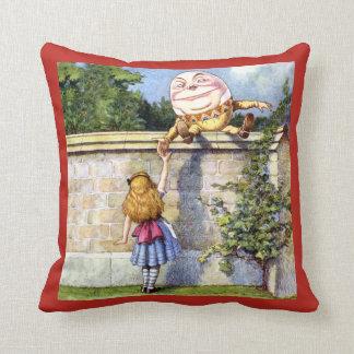 Alicia resuelve Humpty Dumpty en el país de las ma Cojín
