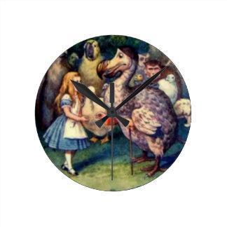 Alicia y el reloj de pared del color del Dodo