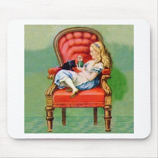 Alicia y su gato Dinah en la silla roja grande del Mouse Pad