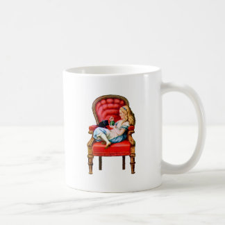 Alicia y su gato Dinah en la silla roja grande Tazas De Café