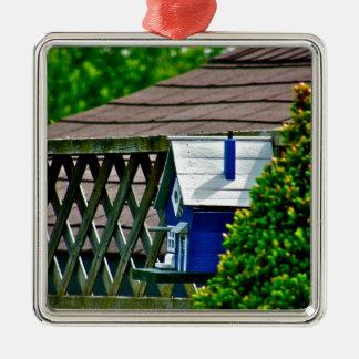 Alimentador azul del pájaro en patio trasero adornos de navidad