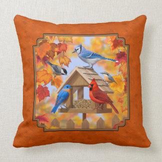 Alimentador del pájaro que recolecta el naranja cojín decorativo