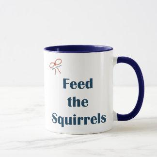 Alimente a ardillas los recordatorios taza