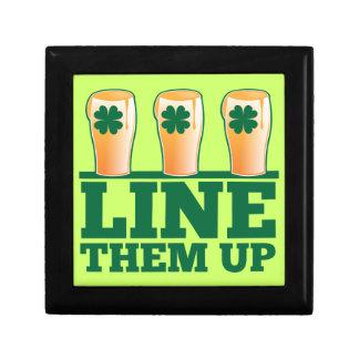 Alinéelos ENCIMA de la cerveza verde del irlandés  Cajas De Recuerdo