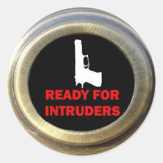 Aliste para la seguridad del arma de los intrusos pegatina redonda