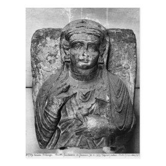 Alivio funerario de una figura femenina de tarjeta postal
