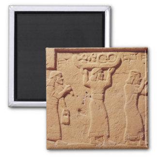 Alivio que representa a los porteros cargados con  imán cuadrado