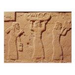 Alivio que representa a los porteros cargados con  tarjeta postal
