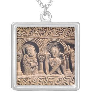 Alivio que representa a santos con un seraph colgante cuadrado