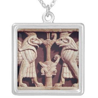 Alivio que representa dos griffons, de Arslan Tash Colgante Cuadrado