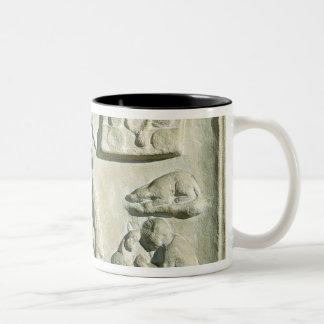Alivio que representa el interior de una fragua taza de dos tonos