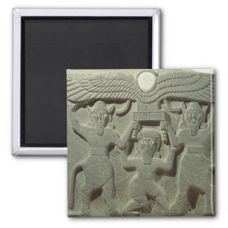 Alivio que representa Gilgamesh entre dos Imanes