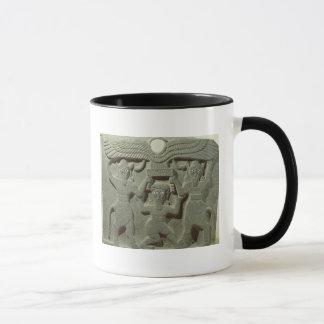Alivio que representa Gilgamesh entre dos Taza