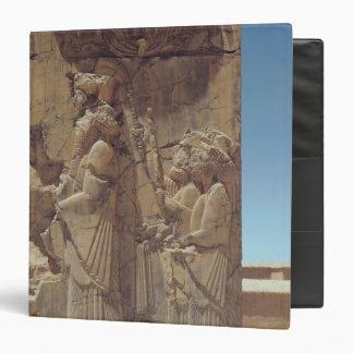 Alivio que representa Xerxes I con dos asistentes