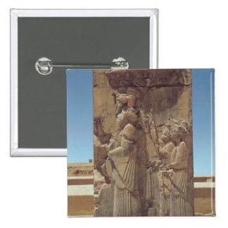 Alivio que representa Xerxes I con dos asistentes Pin Cuadrado