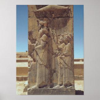 Alivio que representa Xerxes I con dos asistentes Póster