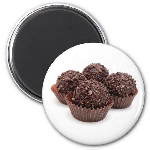 Almendras garapiñadas del chocolate aisladas en bl imán redondo 5 cm