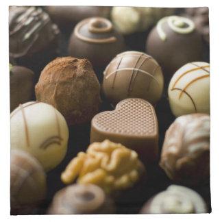 Almendras garapiñadas deliciosas del chocolate servilleta de papel