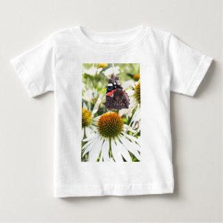 Almirante Butterfly en la flor Camisas