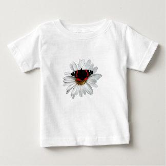 Almirante rojo mariposa en la flor playera