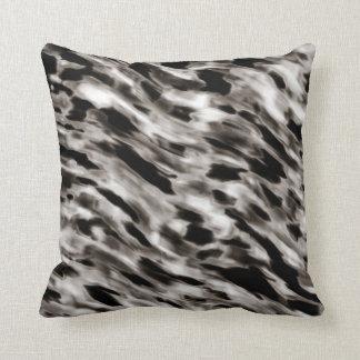 Almohada abstracta de seda negra y de color topo