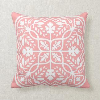 Almohada adornada rosada del estampado de flores