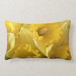 Almohada amarilla de la flor