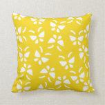 Almohada amarilla limón de la mariposa