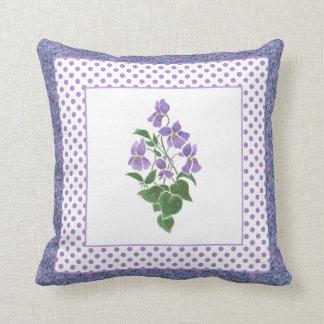Almohada, amortiguador, violetas y lunares bonitos