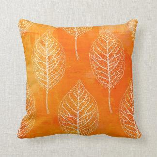 Almohada anaranjada de oro del modelo de la hoja