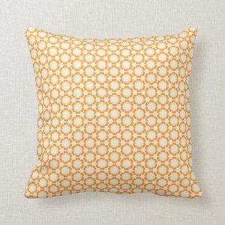 Almohada anaranjada del estampado de flores del vi