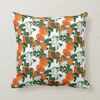Almohada anaranjada del flor