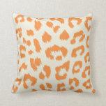 Almohada anaranjada quemada del estampado leopardo